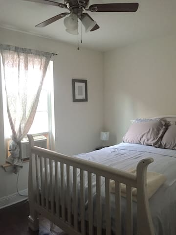 Renovated, clean - walk to French Quarters!