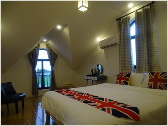 三楼拾光套房2:一张1.8米大床,一张2.4米榻榻米床