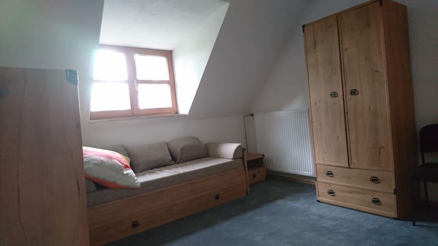 Schlafzimmer Dachgeschoss Bett 140 x 200 13,6m²