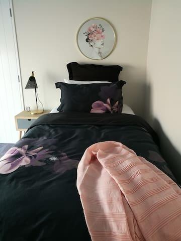 2ND bedroom (2 single beds)