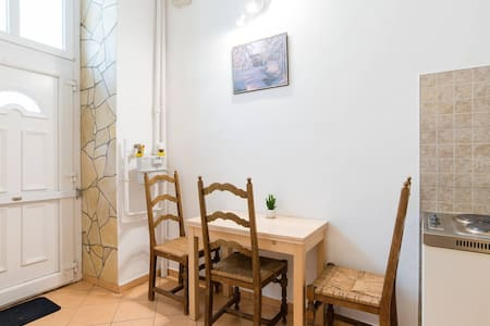 Friendly studio in the heart of town with AC