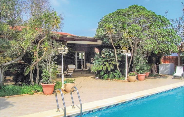 Holiday cottage with 4 bedrooms on 390 m² in Playa Honda