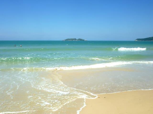 Na beira da praia, próximo de tudo!