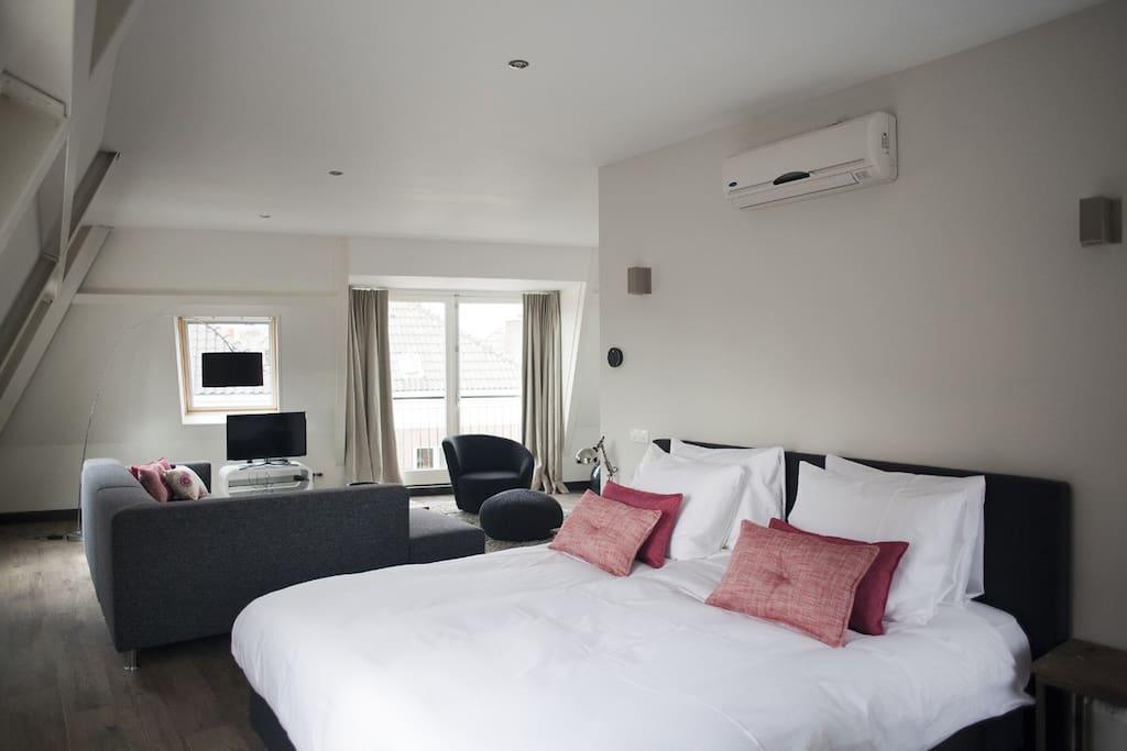 Kingsizebed. Appartement is voorzien van airco.