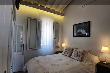 Private room with bathroom en suite near the beach