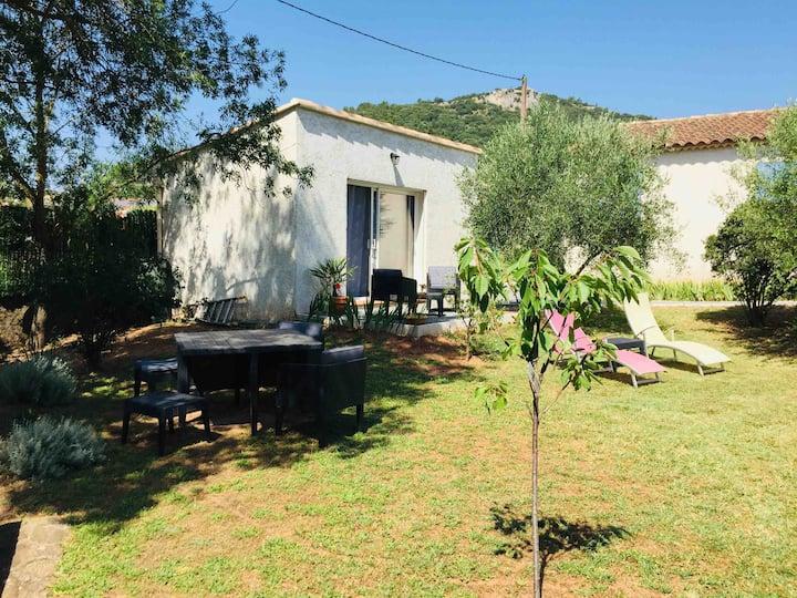 Chambre indépendante avec  jardin, piscine commune