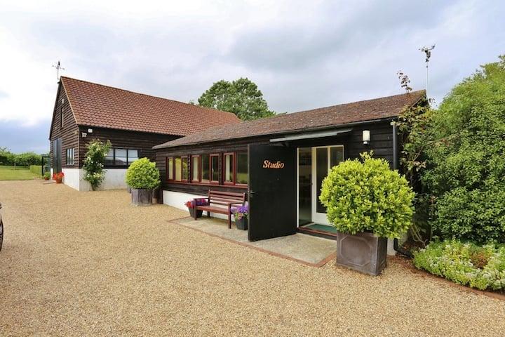 Luxury Studio Close To Woodbridge