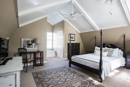 Newly renovated 2-story apartment - Metairie - Hus