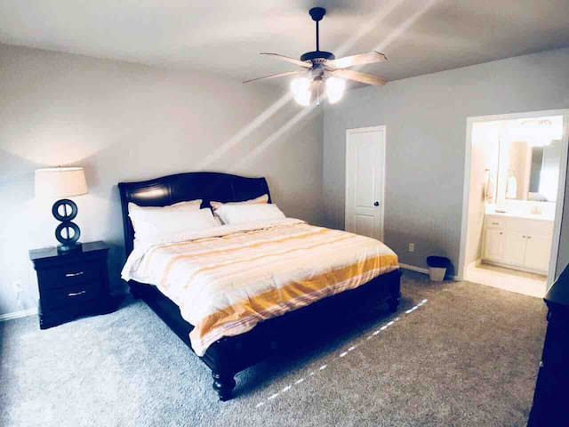 King Bed Room w/ Bath & Balcony Close to Ford CTR