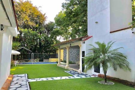 Casa con alberca y jardín con palapa