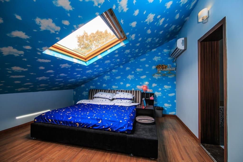 星空大床房平时218元/晚。含双早。