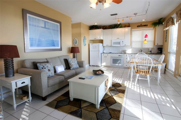 Charming Condo with Lake View! Private WiFi, Beach Access, Nearby Restaurants and Shops!