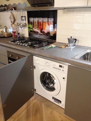 lavatrice nel mobile di cucina
