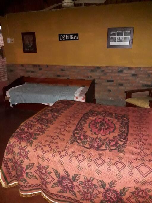 Habitación Principal amplia con una cama matrimonial y dos camas estilo marineras