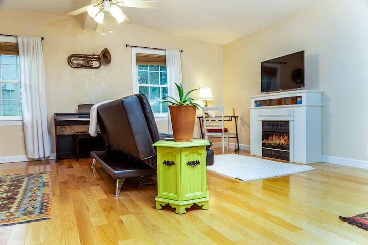 Urban Twang Apartment✨Monthly✨Close To Everything!