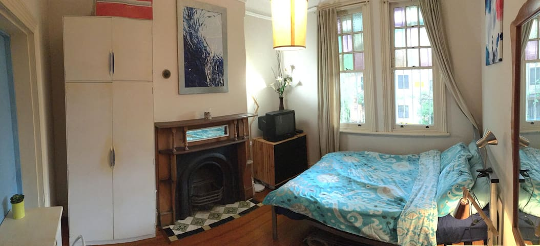 Big Semi-Ensuite room in QUIET spot in Potts Point - Potts Point - Haus