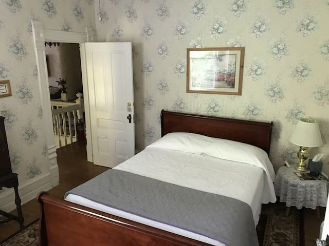 Charming Victorian B&B -Louisa May Alcott Room