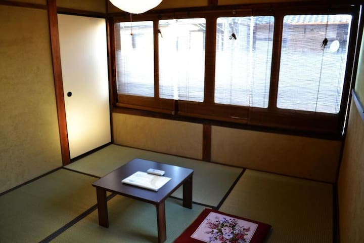 【Single】Enjoy a traditional townhouse near Nijo castle with 80 years of history! (Double-size mattress)