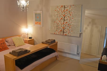 Spacious en suite double room near Bristol airport - Winford