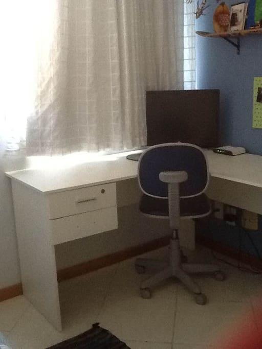 Bancada com cadeira para uso de notebook e estudos