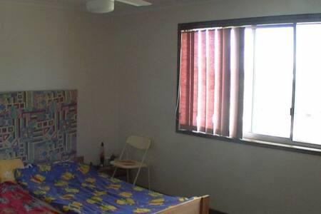 Large room plus ensuite bathroom - Shailer Park