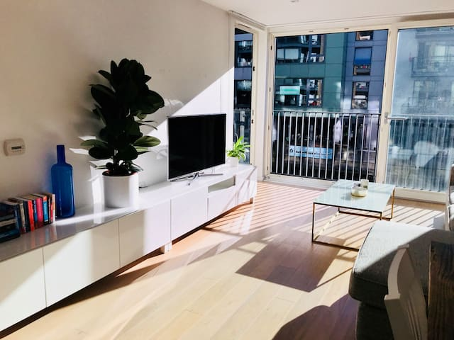 ★ Stunning bright canalside flat w/ private bath ★