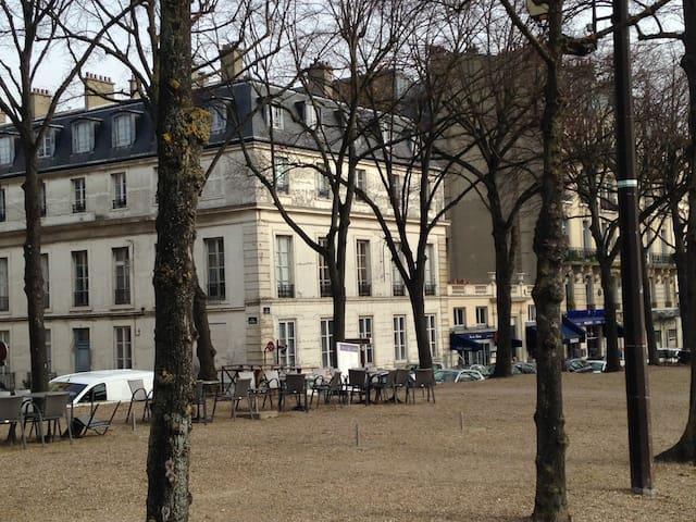 Vue de l'Hôtel particulier dans lequel se situe l'appartement et donnant sur la place du château View of the town house in which the apartment is located and overlooking the Palace