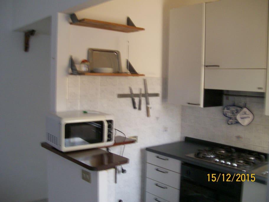 L'angolo cucina con forno tradizionale e microonde