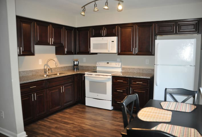 Beach!  Granite, hardwood, wifi-2D - Norfolk - Apartment