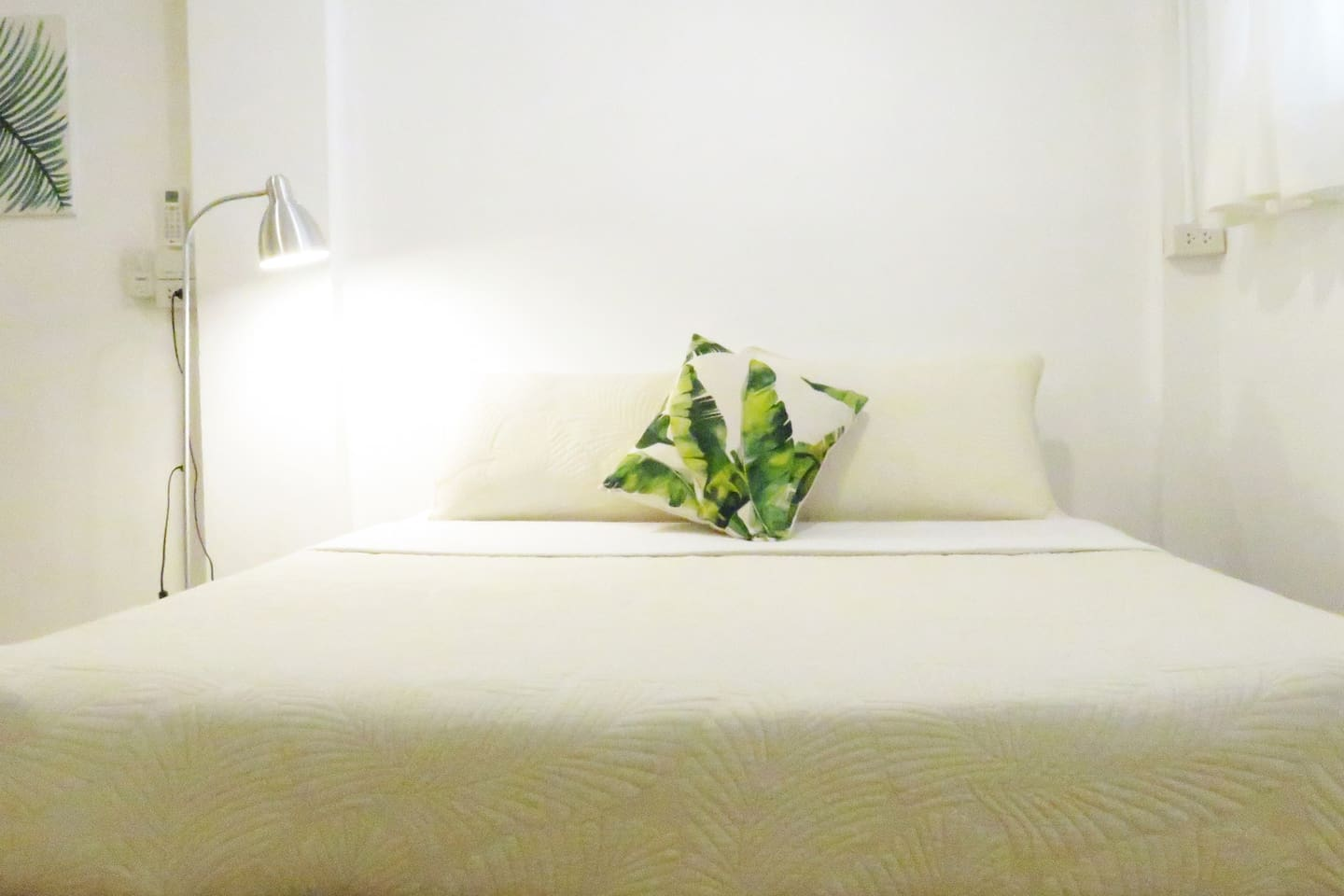 Cozy deluxe studio with queen size bed, ac, private bathroom and more