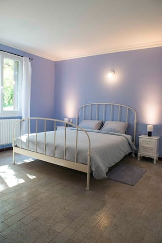 Room 2 with queen size bed Chambre 2 lit 160x200cm