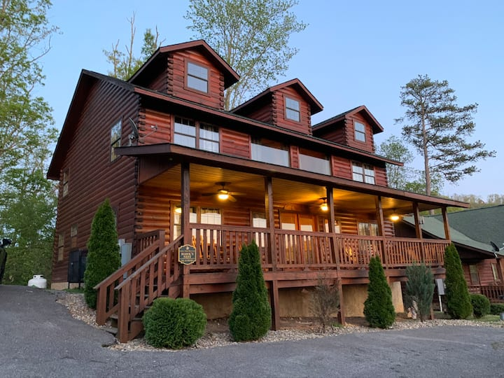 6 Bedroom Cabin 1.5 Mile from Dollywood - Hot tub