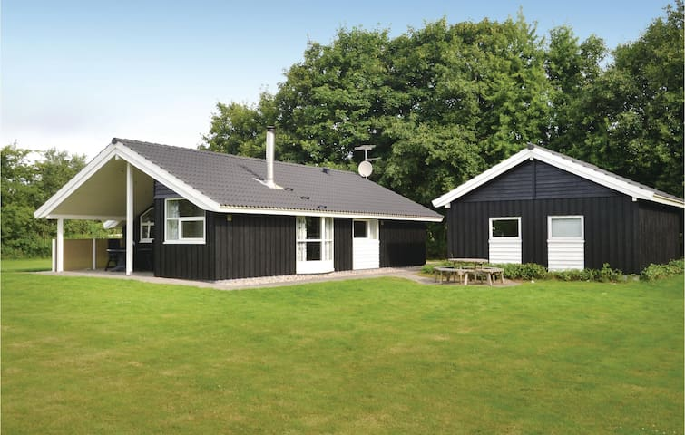 Holiday cottage with 3 bedrooms on 77m² in Oksbøl