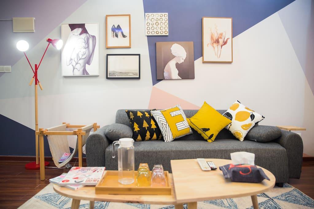 围坐在茶几旁,谈笑风声,或是在沙发上嬉笑打闹,也可以倒上一杯热茶,安静坐在沙发上思考,享受片刻的安逸。