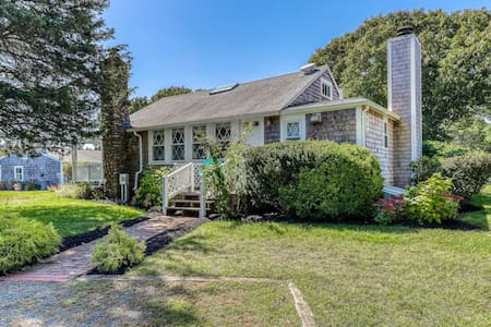 Adorable cottage w/ access to a shared pool, tennis courts, & picnic area