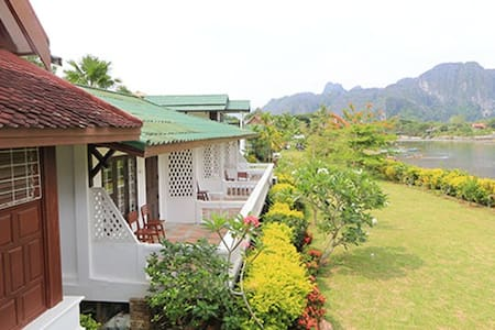 THAVONSOUK Riverside Resort, Vang Vieng, LAOS) - Bed & Breakfast