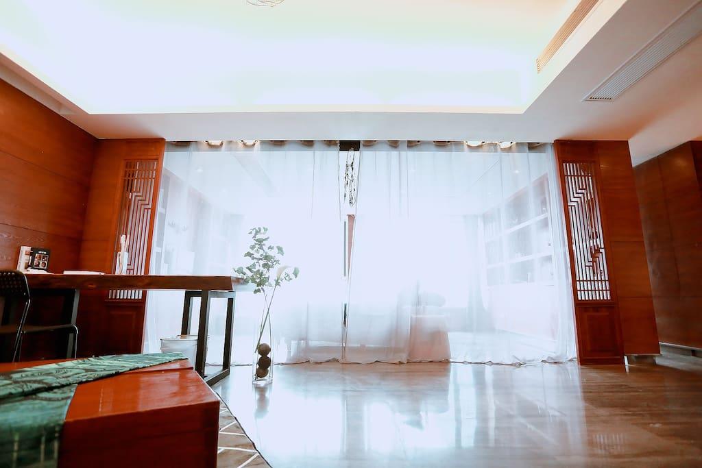 纱窗拉起来就是一个隐蔽的空间