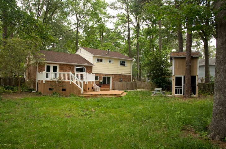 Comfortable 3 bedroom house with deck with hot tub