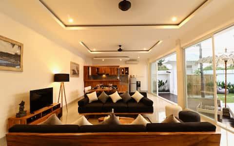 Modern AC villa w pool 200 mtrs from Berawa beach