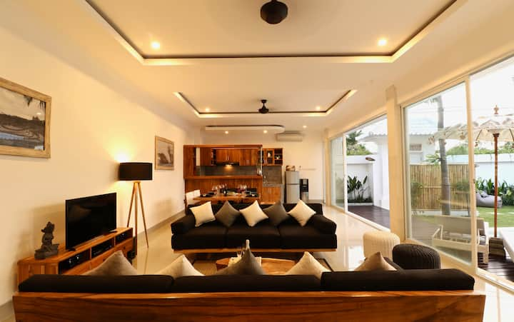 Modern AC villa w pool 200 mtrs from Berawa beach