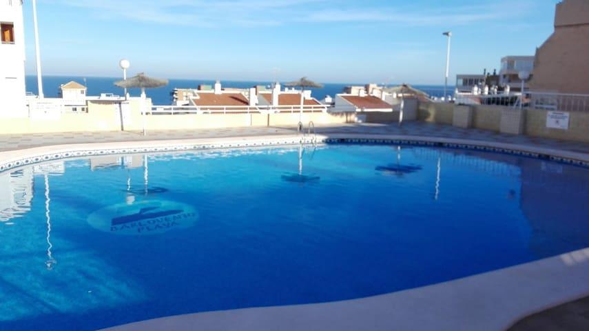 Apartamento con piscina junto al mar