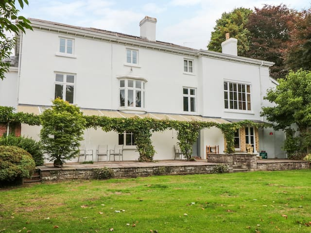 PENTRE COURT, pet friendly, with pool in Abergavenny, Ref 985452