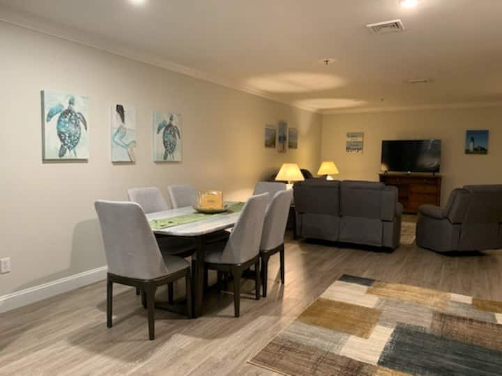 Main Street Hyannis! New Upscale 2 Bed Apartment!