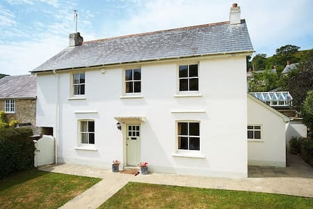 Hamilton House, village cottage 10 mins from beach