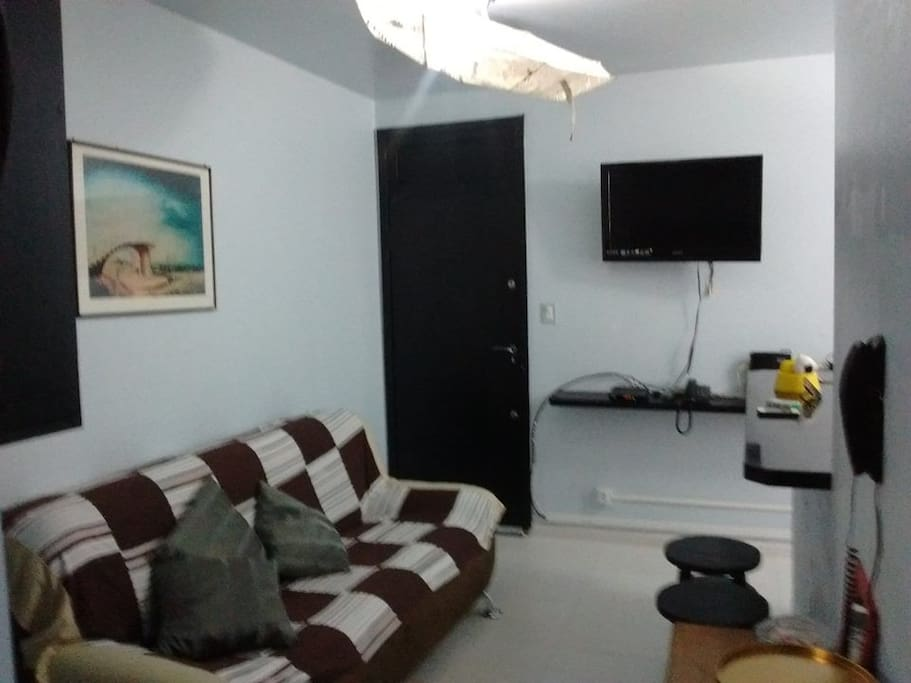 sala com sofa 3 lugares, tv a cabo, wifi, bancada.