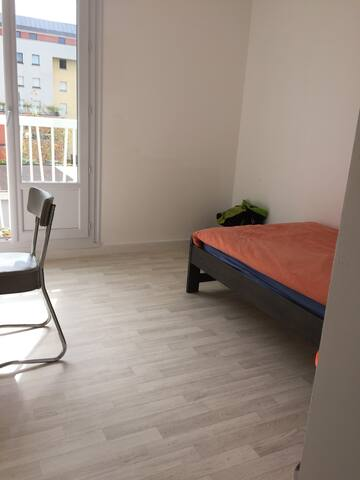 Chambre lumineuse avec lit simple