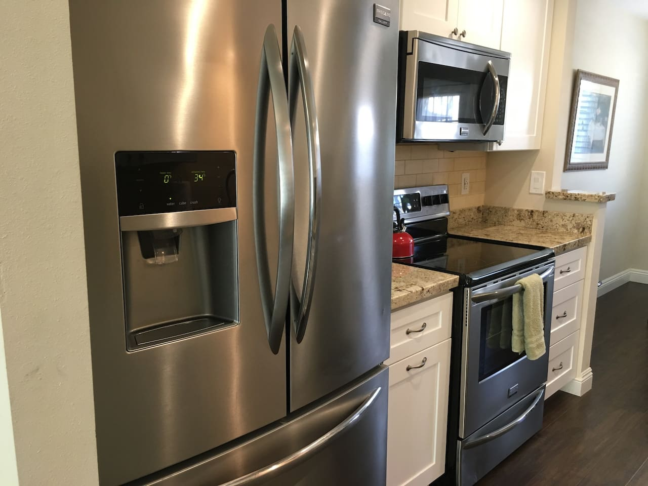 Upgraded kitchen with granite and high end appliances!