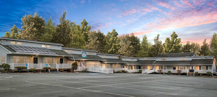 East Shore Lodging - Boutique Motel - King Suite - 2nd Floor - Comforts of home and the luxuries of travel - King One-Bedroom Suite, Boat Rentals available.