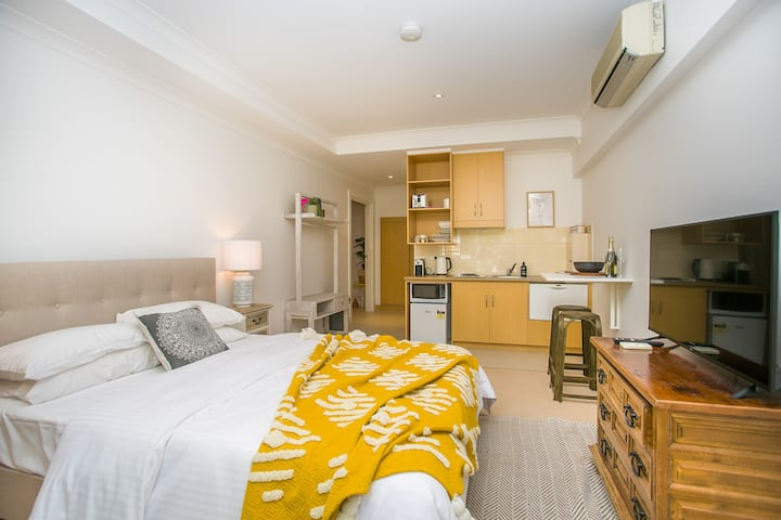 Boho Luxe Studio. Walk to Optus Stadium. Sanitised.  Isolation Ready. Local Cafe Deliveries. Close to City + Pool Onsite + Free Wifi+Free Bus at Font Door