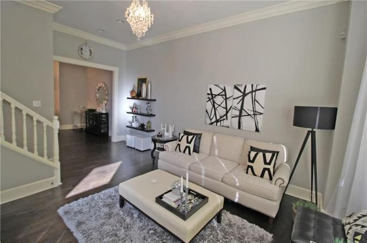 Luxury Downtown Townhouse- CLOSE TO EVERYTHING!